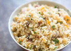 Couscous met Abrikozen en Munt is een heerlijk bijgerecht! De kruiden, de zoete rode ui en verse munt geeft het een geweldige authentieke eigen smaak!