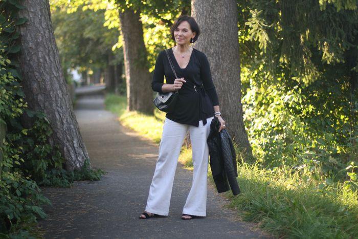 Переходный взгляд в черной кожаной куртке и белых льняных брюк | Леди Стиль