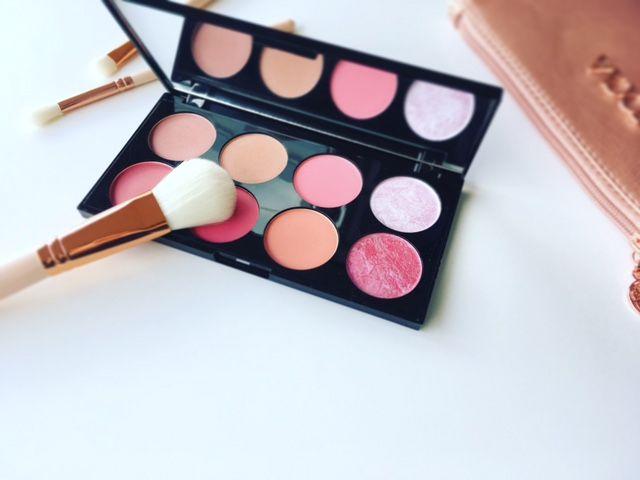 Læs om mærket Makeup Revolution. Hvilke produkter er de bedste? Og hvor kan du købe det til den bedste pris? Find inspiration og måske nye favoritter.