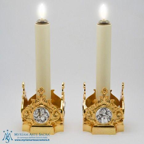 Coppia candelieri in ottone dorato con placche 4 Evangelisti.   Altezza: cm. 13, Base: cm. 11,5x11,5, Bossolo: diametro cm. 4.