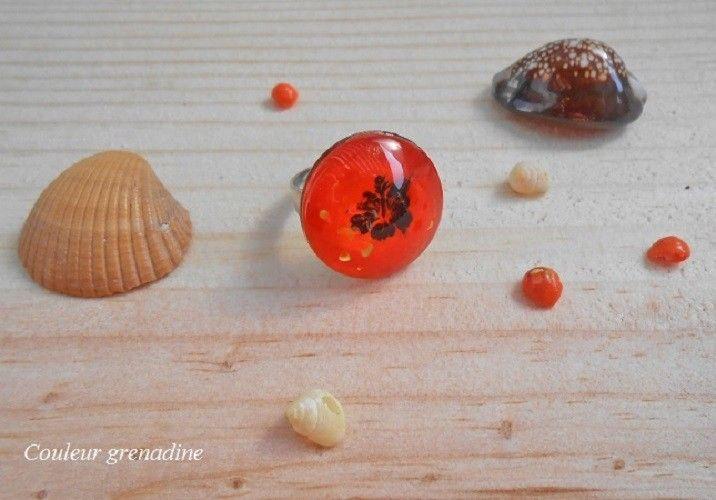 Bague cabochon exotique fleur hibiscus orange