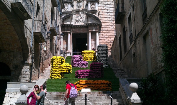 Tetris-maze made out of flowers for Girona in Time of Flowers 2011
