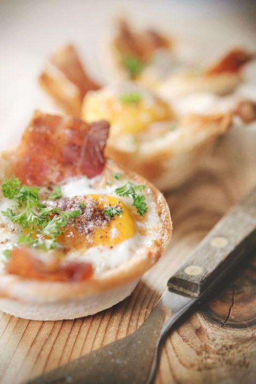 """Het lekkerste recept voor """"Knapperige ontbijtcups met spek en een eitje"""" vind je bij njam! Ontdek nu meer dan duizenden smakelijke njam!-recepten voor alledaags kookplezier!"""