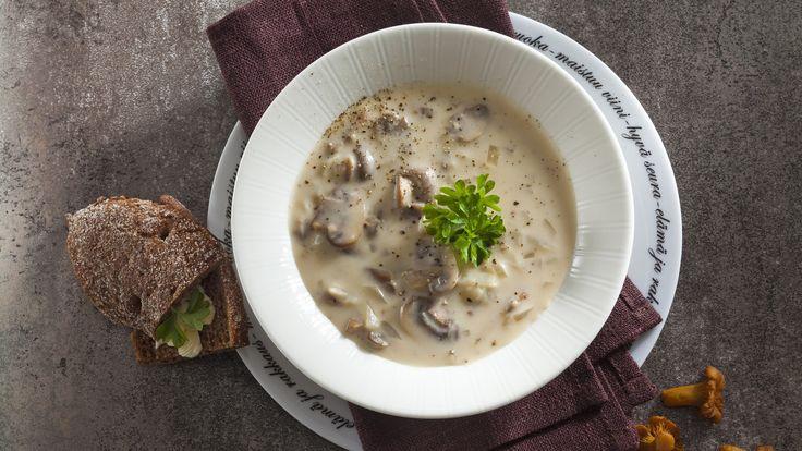 Savujuustoinen sienikeitto saa pehmeän ja lempeän maun savusulatejuustosta. N. 2,20€/annos*.