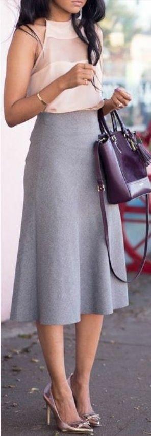 Opção de look de trabalho com a saia cinza, num tecido com cara e caimento de alfaiataria e a blusa rosa nude, que denota um baixo constraste, tendente ao monocromático. Aqui o sapato é metalizado, um rosé. Mas pode ser outro nude, para manter a harmonia, sem chamar a atenção.