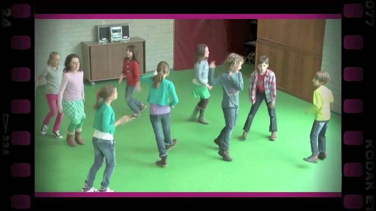 De leerlingen dansen door de ruimte. Wanneer de muziek stopt, noemt u een lichaamsdeel. De leerlingen zoeken zo snel mogelijk een andere leerling op en houden het genoemde lichaamsdeel tegen elkaar. Wissel verschillende lichaamsdelen af, zoals een knie, schouder of oor.