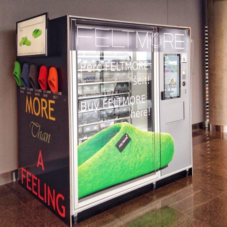 В рижском аэропорту вендинговый автомат продаёт тапочками из войлока с примеркой