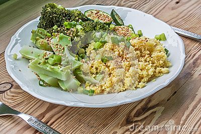 Steamed broccoli with zucchini, sprinkled with sesame seeds with olive oil and salt. All sprinkled with chives. As a complement to couscous.