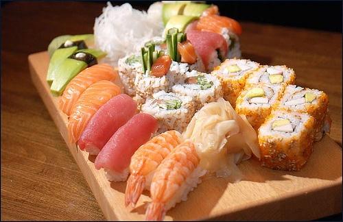 Sushi    Leggero e salutare, ma difficile da preparare... in Giappone ci vogliono anni... solo per imparare a cuocere il riso!  Che paese fantastico!  http://www.blueberrytravel.it/index.php?option=com_k2=item=104:giappone-per-gaijin=180