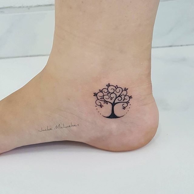 Mini àrvore da vida   #tattoo #tattoos #tatouaje #tats #tattooedgirls #inked #tree #treetattoo #borboleta #borboletinha #tatuagem #tatuagemideal #minitattoo #tatuagensfemininas #minimaltattoo #tatuagensdelicadas #watercolortattoos #tradicionaltattoo #tguest #arvoredavida #love #instagood #inspiration_tattoo #ideias_tattoo #fineline #aquarela #blackwork