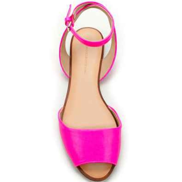 pink flat sandal gotta find out where these are from