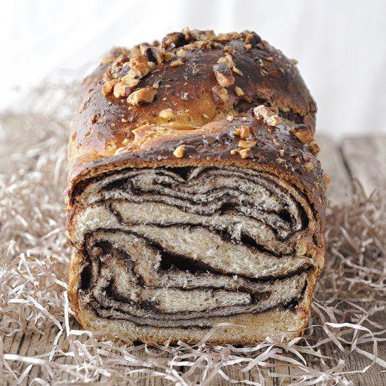 Greek tsoureki meets chocolate babka (Tangzhong method). (in Greek)