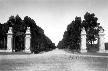 PORTONES DE CARRASCO AÑO 1929  Ubicados en la Avenida Bolivia y Alberdi. En sus orígenes el lugar de ingreso al Balneario Carrasco.  Los mismos fueron proyectados por los arquitectos Juan Aubriot y Canndido Lerena.