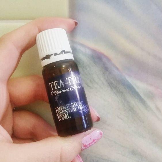 IlTea Tree Oilè un olio essenziale che deriva dalla pianta dellaMelaleuca alternifolia (o pianta del Tè/tea tree). L'albero cresce spontaneamente in Australia, in particolare nella zona del Nuov…