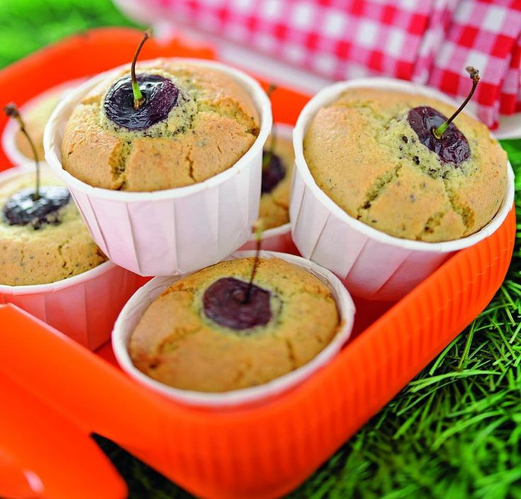 Muffin di riso con ciliegie e semi di papavero