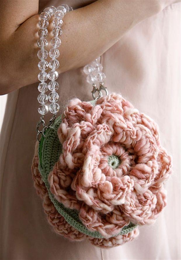 Flot hæklet festtaske med fin blomst - Hendes Verden