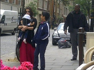 Aishwarya Rai Bachchan Spotted at London With Her Daughter Aradhya Bachchan. | Bollywood Cleavage