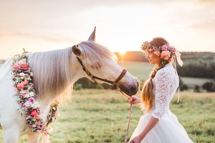 Laura Möllemann Hochzeitsfotografie #Liebe diese #Braut mit ihrem #Pferd ♥