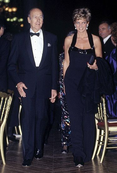 November 28, 1994: Princess Diana with Valery Giscard d'Estaing at the UNESCO charity dinner at the Palace of Versailles in Paris, France.
