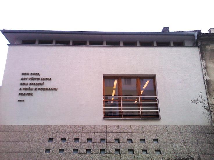 Budova zhromaždenia Kresťanského zboru, božie písmo na Tehelnej 22