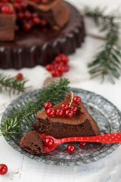 A una semana de Navidad os dejamos una idea de tarta de chocolate deliciosa y muy vistosa, con la que vuestros invitados quedarán alucinados, e incluso dejará pasmado al mismísimo Papá Noel, que tras probar un trocito de esta tarta de chocolate, no podrá resistirse a dejar algún regalito debajo del árbol. Esta tarta de chocolate es una tarta muy especial, con una textura suave, sedosa y ligeramente húmeda, y un intenso sabor a chocolate, que conjuga perfectamente con el sabor ácido de las…