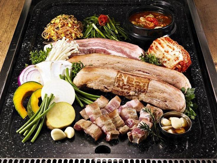 7. 火燒石板三層肉 (화통삼) 石板烤三層肉是近年韓國超熱門的烤肉,因為用上了石板,把三層肉內的肥膏逼出來,外皮酥香,但肉質依然軟嫩,不會過乾。  價格︰三層肉180g ₩12,000 (約港幣 $85)  地址︰江南站11號出口