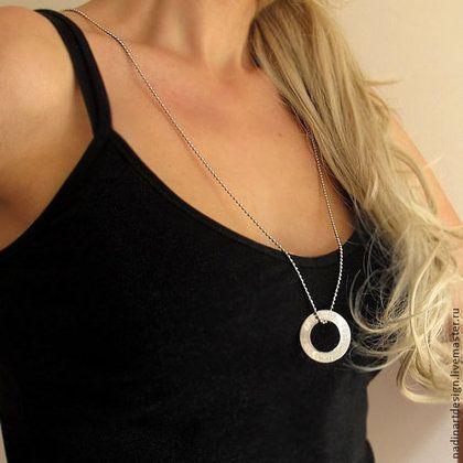 Серебряное ожерелье с подвеской. Стильное украшение с гравировкой - серебряный