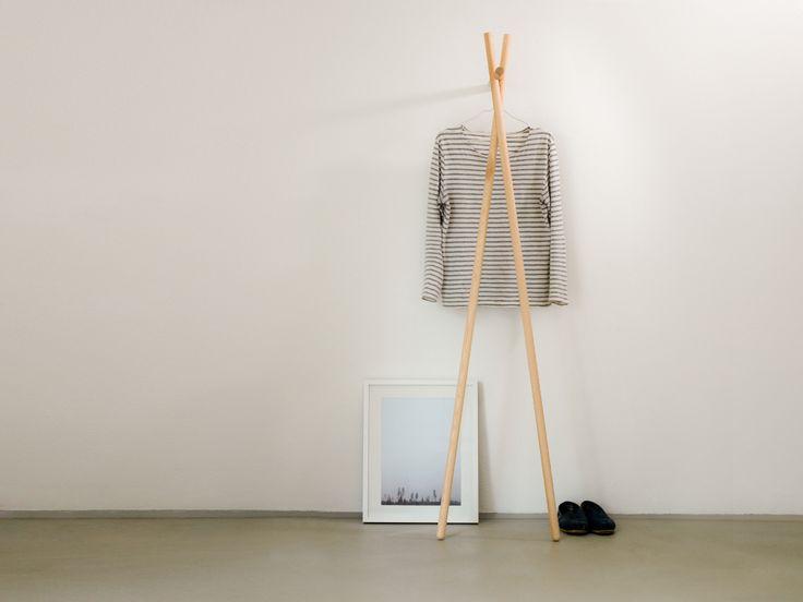 Simple LENAH ist eine Standgarderobe in wei oder klar lackierter Esche mit der Designliebhaber und