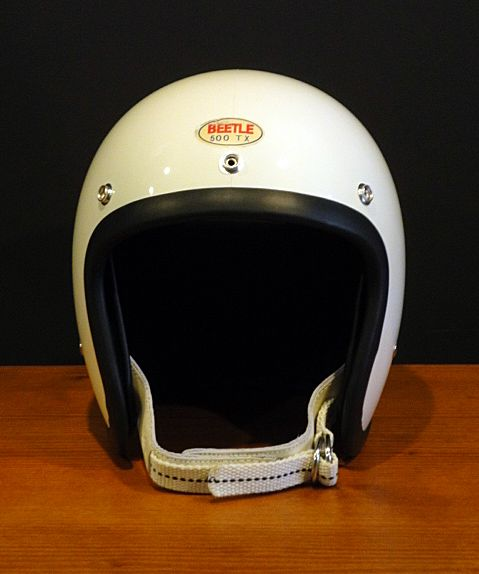 Well someone had to do it and theyve really gone and done it. Wonderful copy of the mythical Bell RT helmet from the 60's. No surprise it's from a company called Ocean in Japan , so difficult for me to get. It's just beautiful. Look how minimal the padding is on the sides, ooft. #TheBeetle500TX by #Jacksun/Ocean .........I think.