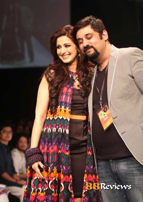 Bollywood actress Sonali Bendre was the show stopper for designer Siddhartha Tytler at Lakme Fashion Week 2012.