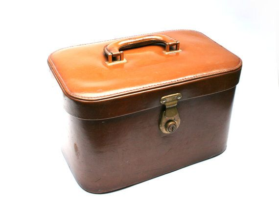 FeelingOfDejaVu sur Etsy - Vanity case cuir . Marron . Mallette de toilette . Vintage Années 60 - (Leather vanity case . Brown . Cosmetic box . Vintage 1960s) - #etsy #vintage #vanitycase #leather #1960s #vintagefr