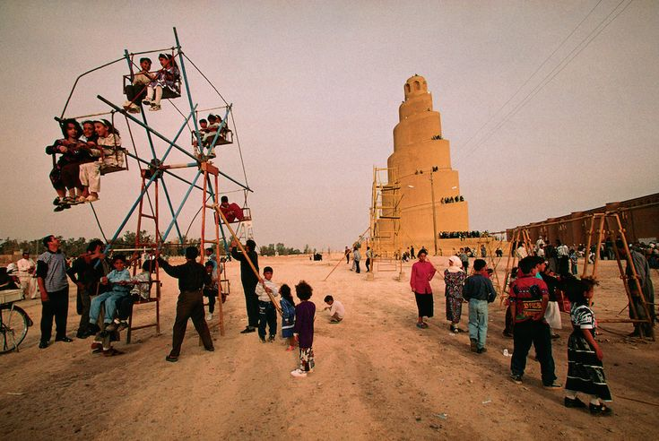 The journey of Marco Polo 700 years after A carousel for children in front of the spiral minaret of Samarra, Iraq (© Michael Yamashita / Oriental Art Museum of Turin)