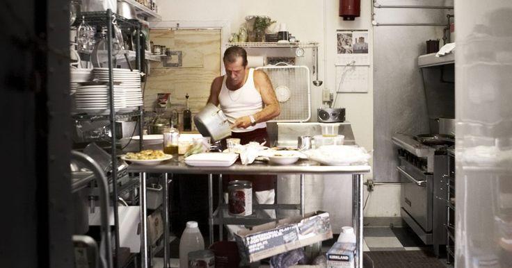 Lista de los equipos utilizados en una cocina comercial. Una cocina comercial contiene muchas piezas individuales de equipos que deben ser utilizados en conjunto para preparar comidas para clientes hambrientos. Muchos de estos dispositivos son los mismos que tendrías en tu propia cocina, pero en un entorno comercial. Estas máquinas son a menudo más grandes y de fuerza industrial y son capaces de hacer ...