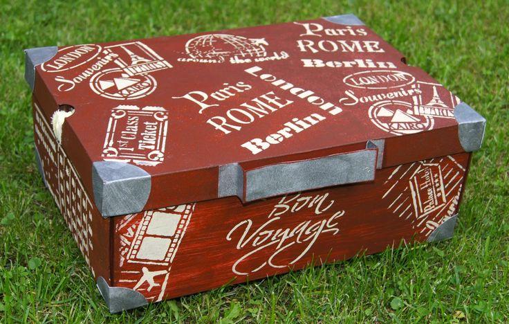 Koffer aus Schuhkarton mit Schablonen von Viva Decor, Rusty-Farbe und 3D-Stempelfarbe sand.