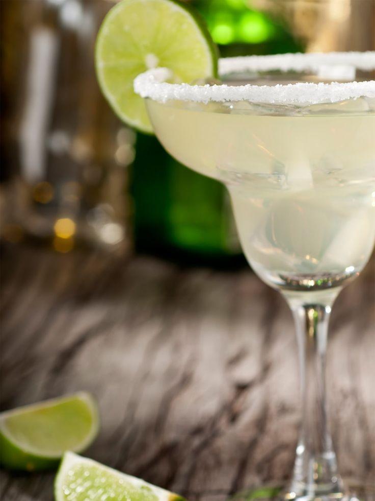 Ein weiterer Klassiker unter den Cocktails: Die Margarita, ein süß-saurer Drink auf Tequila-Basis.Margarita: süß-sauer4 cl Tequila (silver)2 cl Orangenlikör (z.B. Cointreau)2 cl Zitronen- oder LimonensaftEiswürfelSalzServiert wird die Margarita klassisch mit Salzrand. Reibt dazu den Glasrand mit einer Limette oder einer Zitrone ein und taucht das Glas in einen flachen Teller mit Salz. Tequila, Orangenlikör und Zitronen- bzw. Limettensaft gut vermischen und in das Glas geben. Eiswürfel…