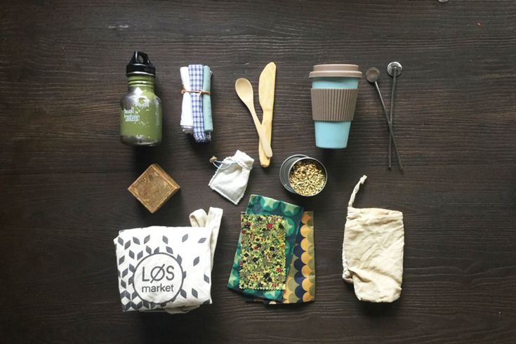 Blogger Lone Eidseth fylder sin taske med genanvendelige ting. Læs med, og bliv inspireret til at mindske dit eget skrald med 10 seje produkter.