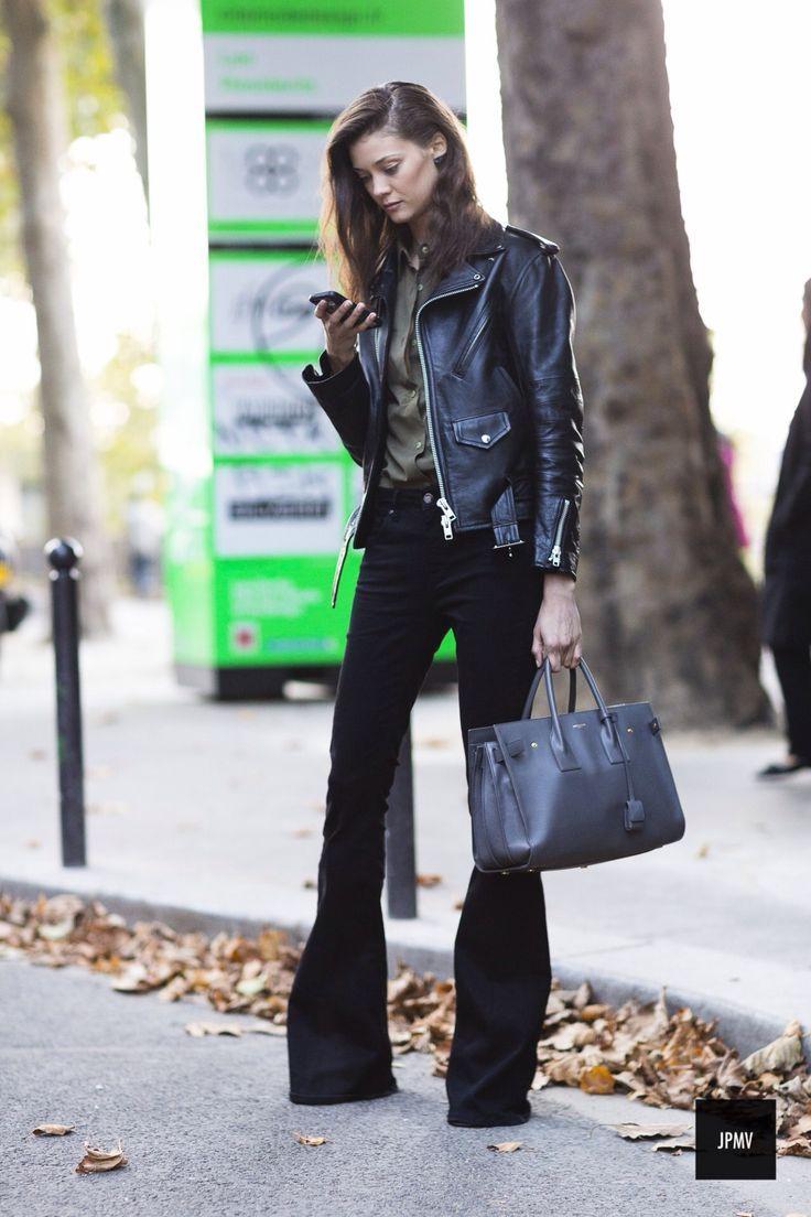 Comprar ropa de este look: https://es.lookastic.com/moda-mujer/looks/chaqueta-motera-negra-camisa-de-vestir-verde-oliva-vaqueros-de-campana-negros-bolsa-tote-negra/9279   — Camisa de Vestir Verde Oliva  — Chaqueta Motera de Cuero Negra  — Vaqueros de Campana Negros  — Bolsa Tote de Cuero Negra