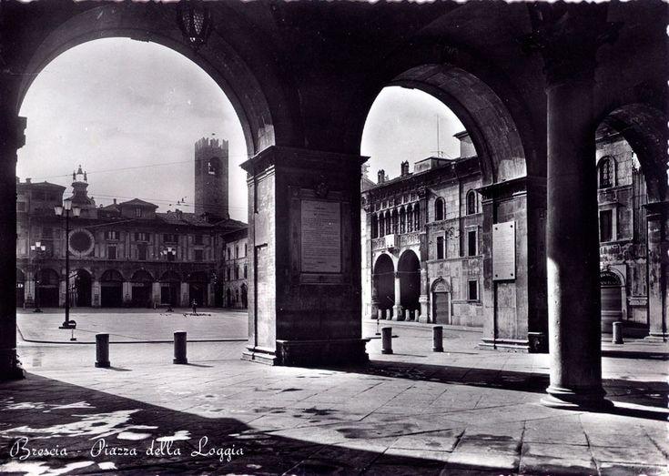 Titolo foto: Bescia Piazza della Loggia; Autore foto: F. Micheletti; Fonte: archivio personale di Ruggero Manara; Anno: anni 50 - 60; Cartolina non viaggiata. http://goo.gl/tN3MvK