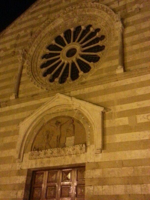 Passeggiando per #Brindisi scopro la bellissima chiesa del #Cristo  nei pressi delle mura di Porta Lecce. Costruita nel 1232, si presenta con una suggestiva facciata monocuspidale realizzata con l'alternanza di pietre bianche e rosse in carparo, sul quale si apre lo splendido rosone a sedici colonne. #twbrindisi @Viaggiareinpuglia Official #arte