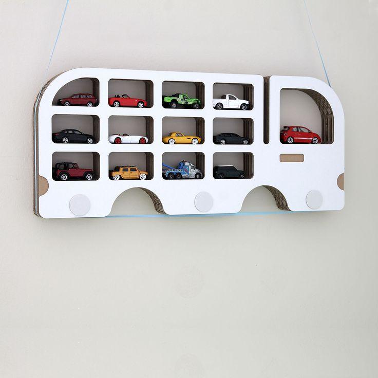 © Autopolička na nejvzácnější autíčka Autopolička. Architektonicky pojatá, ekologická polička pro malá autíčka je vyrobena z několika vrstev vlnité lepenky (EB vlna) a bočního bílého kartónu (mikrovlna). Na nejvzácnější poklady :) Bílá krycí vrstva je pouze z jedné strany, z druhé zůstává hnědý karton. Levá nebo pravá varianta. Pokud Vám záleží vyloženě ...