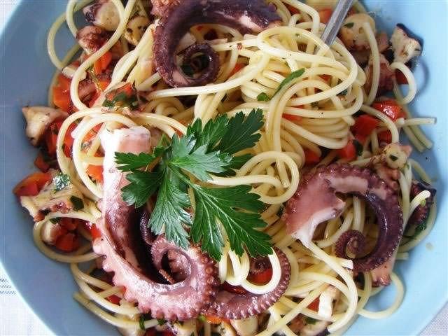 Gli spaghetti al polpo al cartoccio rappresentano un saporito primo piatto al profumo di mare per tutti gli amanti delle ricette di pesce. Seguendo la mia
