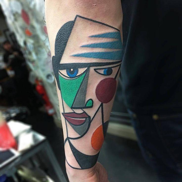 Mike Boyd is een tatoeëerder uit Londen die een geheel eigen stijl heeft ontwikkeld. Hij liet zicht hierbij inspireren door het kubisme.