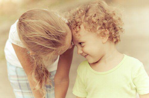 Het hebben van een jonger broertje of zusje is iets dat alleen oudere broers en zussen kunnen begrijpen en een van de beste relaties die je kunt ervaren.