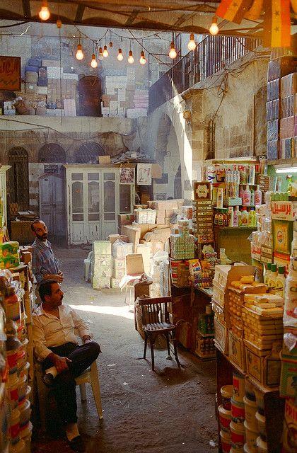 Sublime vieux marché de Damascus en #Syrie, ces lumières et cette atmosphère qui s'en dégage donnent envie de flâner dans ce beau marché. #Asia #market