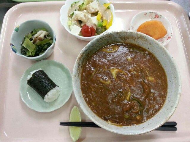 12月16日。カレーうどん、海苔巻きおにぎり、豆腐サラダ、小松菜としめじのおひたし、柿です!644カロリー、たんぱく質19g、塩分3.2gでした♪