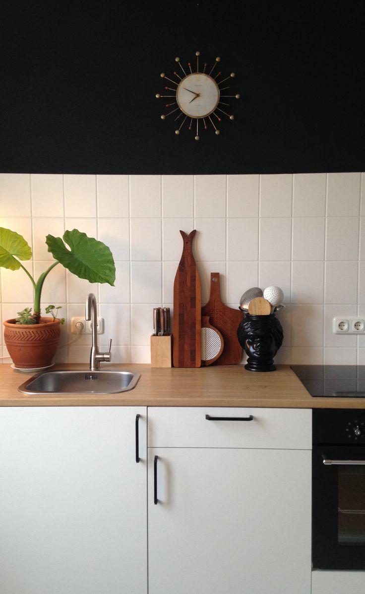 Minimalist kitchen. Die alte Wanduhr stammt noch aus den 1950er Jahren und war ein Glückstreffer- Schnäppchen auf Ebay. Ich mag das alte Schätzchen sehr ♡ Wünsche Euch ein schönes, erholsames Adventswochenende :relaxed: ☾ ✰
