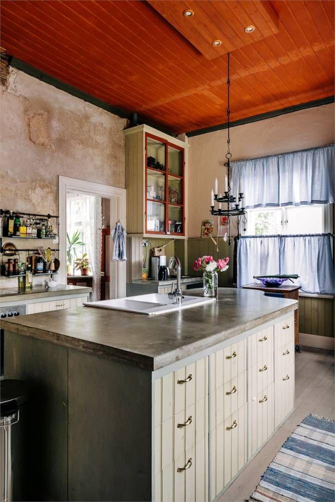 kök i gammal stil med betongbänk äggoljetempera, vedspis och