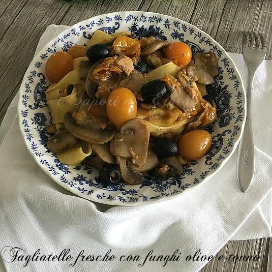 Tagliatelle+fresche+con+funghi+olive+e+tonno