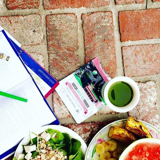 Healthy start to the day courtesy of @sugeyhealth  Fantastic picture with a tasty cup of fresh Ultimate Matcha  @sugeyhealth  #ultimatematcha #livewell #vegan #health #matcha #matchagreentea #repost