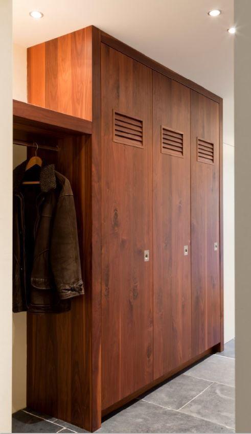 Maatwerk noten houten lockerkasten made by The Living Kitchen Designed by Paul van de Kooi